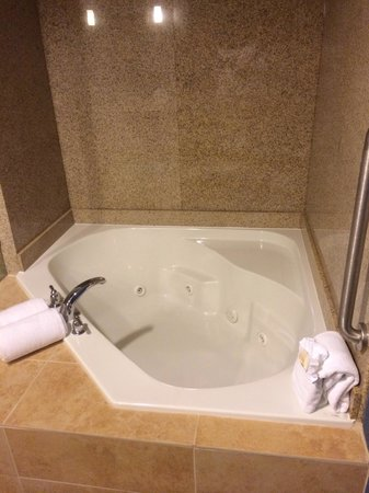 Holiday Inn Houston East-Channelview: Jacuzzi tub