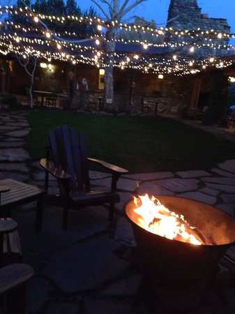 El Portal Sedona Hotel: Enjoying the fire