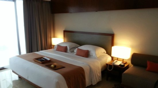 The Magani Hotel and Spa: Suite - large king size bed