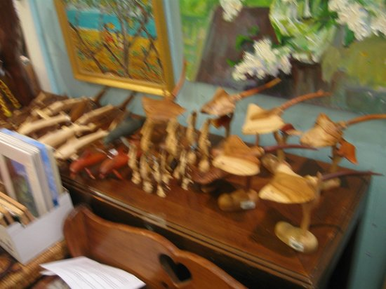 Pure Art Gallery & Gifts: Fine wooden sculptures Cayman oil paintings