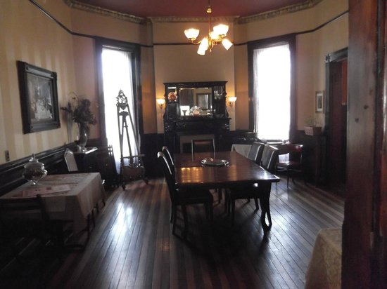 Whiskey Mansion Bed & Breakfast: Main Dining room