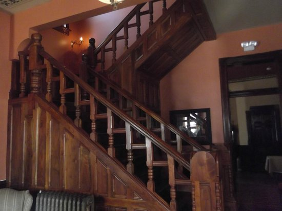 Whiskey Mansion Bed & Breakfast: Staircase
