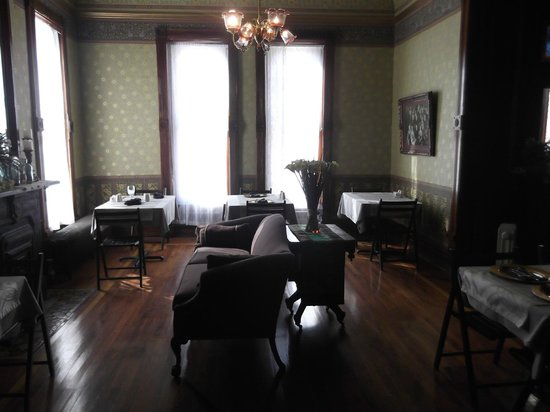 Whiskey Mansion Bed & Breakfast: Another parlor/ Breakfast room
