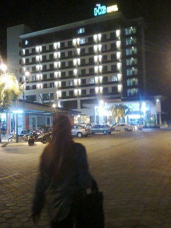 Night view of the HIG hotel