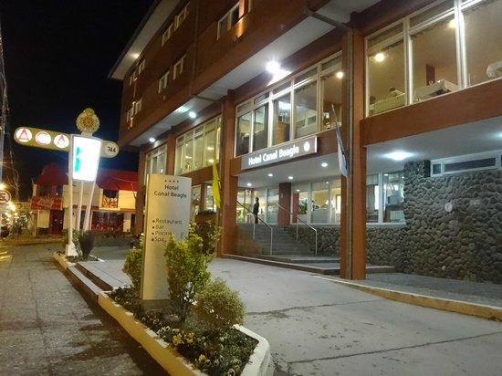 Hotel Canal Beagle: Exterior de noche