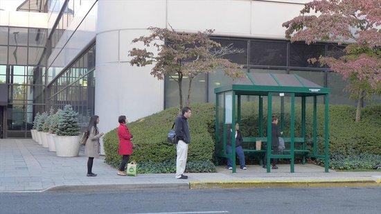 Teaneck Marriott at Glenpointe: マンハッタン行のバス停