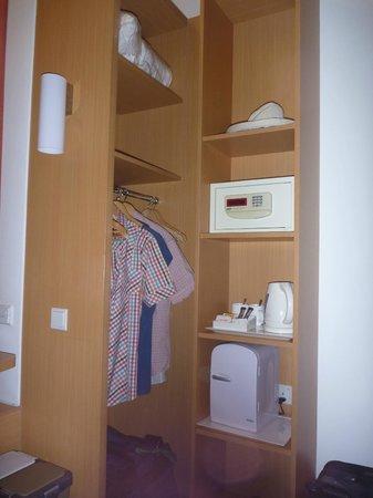 ibis Singapore Novena: Wardrobe with safe & fridge