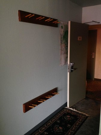 Donner Lake Village : Room entryway, ski storage