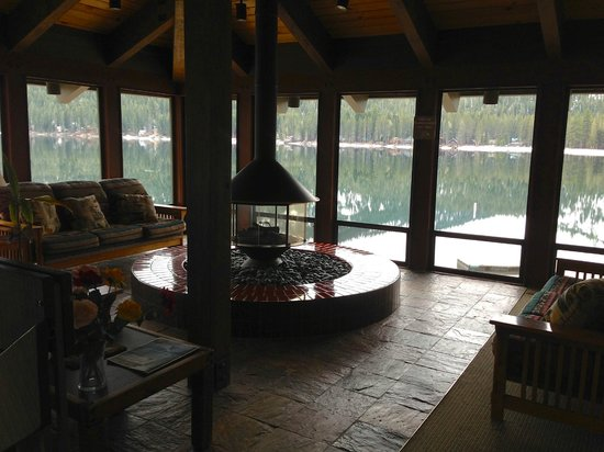 Donner Lake Village : community fireplace lounge area