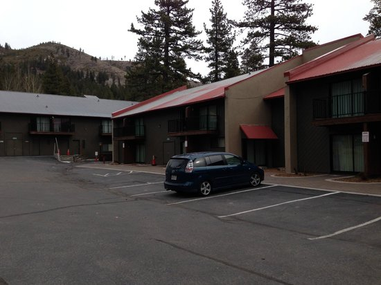 Donner Lake Village : Parking lot side
