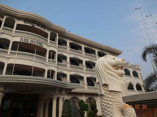 Ree Hotel: カンボジアの元気なマーライオンです。