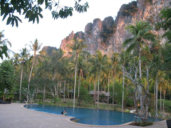 Ban Sainai Resort: View of the surrounding limestone cliffs from pool