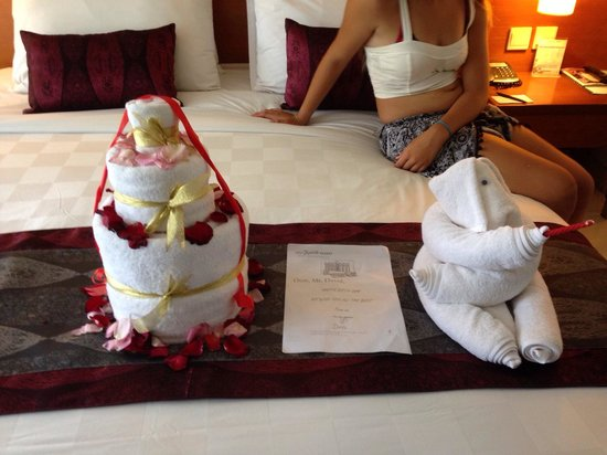 Bali Dynasty Resort Hotel: It was my partners birthday not only did he get a real cake but a towel one too thank u dynasty