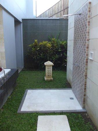 Abi Bali Resort & Villa: Outdoor shower area