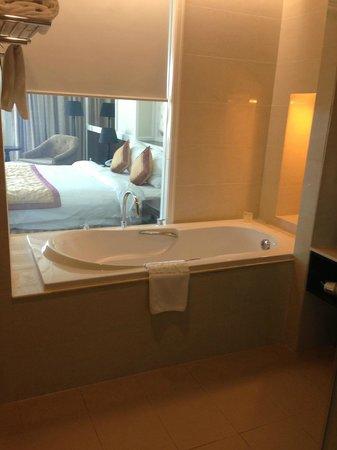La Sapinette Hotel Dalat: bathtub