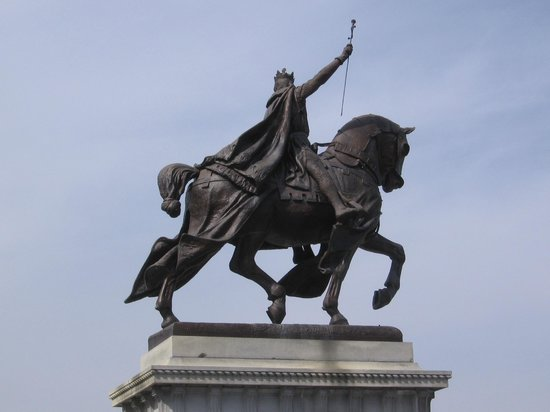 St. Louis Fun Trolley Tours: The statue of King Louis IX of France which sits outside the Art Museum