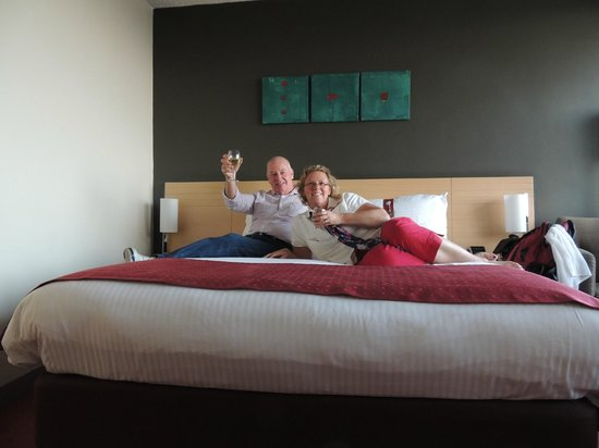 Holiday Inn Melbourne Airport: Enjoying our comfy bed.