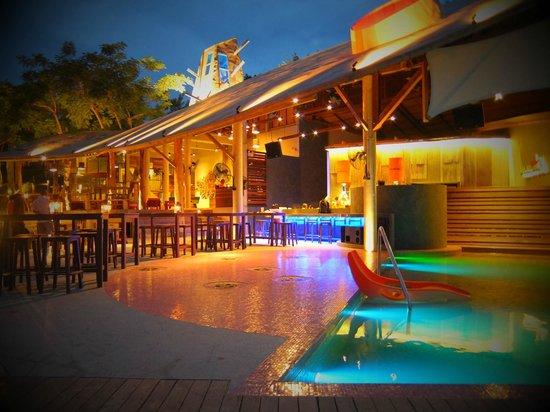 Bar & Bed : 夜のディナー。クラブイベントもやってるみたいです。