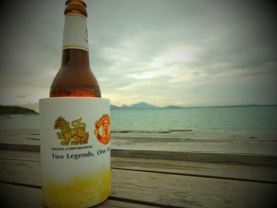 Bar & Bed : 夕方、ダイニングで一杯やりながら海を望む。