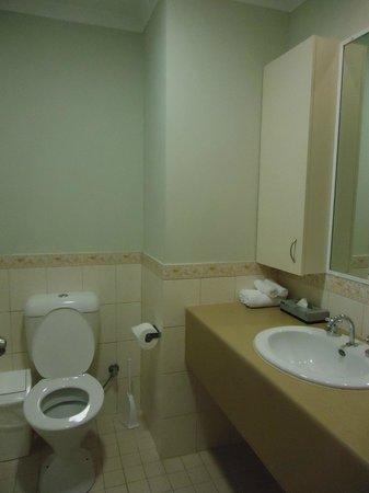 All Suites Perth: Older bathroom