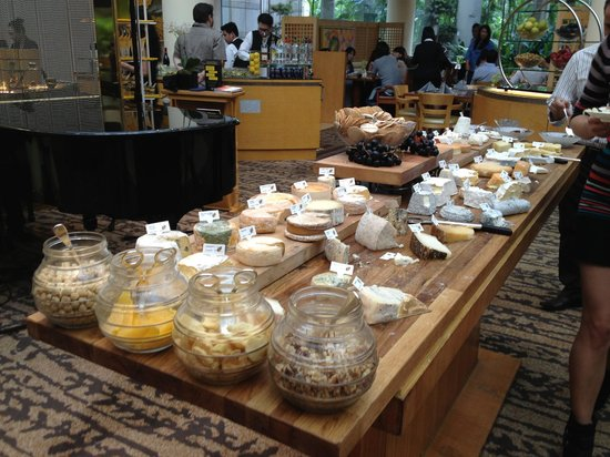 The Ritz-Carlton, Millenia Singapore : Cheeses available at Sunday brunch