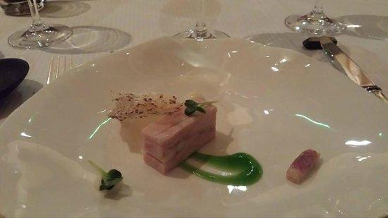 Hotel Restaurant Frankenbourg: Volaille noire et anguille fumée, raifort au beurre noisette, vert de céleri et moutarde.