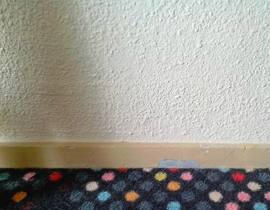 Ibis Styles Aix Les Bains Domaine de Marlioz : Peinture des plinthes défrachie