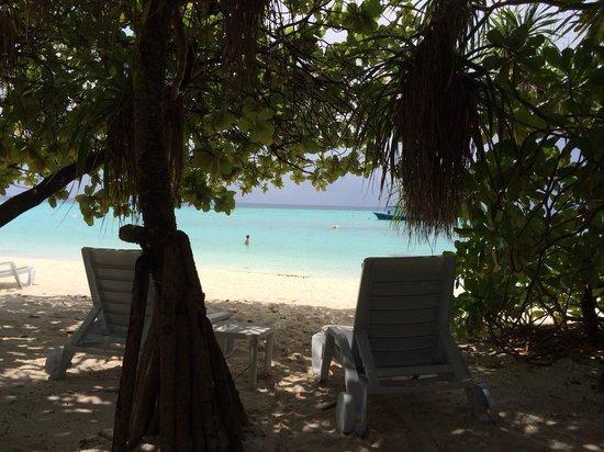 Angaga Island Resort: fuori dalla beach villa n 139 marzo 2014