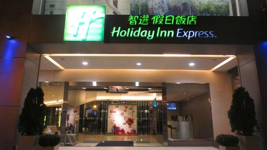 Holiday Inn Express Taichung Park: Hotel view from main road