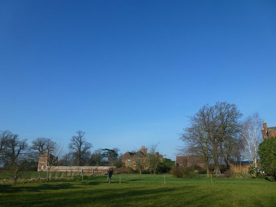 The Isle Estate Bed and Breakfast: Off over the gardens for a walk around the river loop