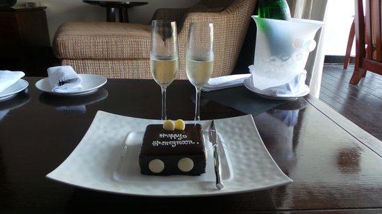 JW Marriott Khao Lak Resort & Spa: Wine & Cake for honeymooners 2