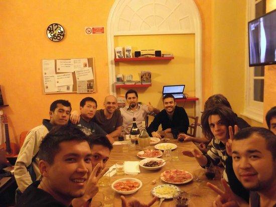 Manena Hostel : Manuel and his guests enjoying aperitivo