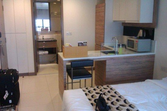 8 on Claymore Serviced Residences: Studio apartment - kitchette & bathroom