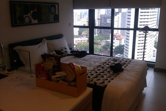 8 on Claymore Serviced Residences: Studio apartment - bed and view