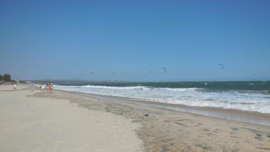 Mia Resort Mui Ne: Beautiful beach - lots of kite surfers