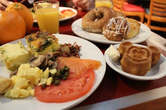 Chef Mickey's: 盛りだくさんの朝食!!
