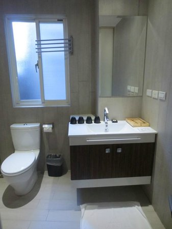 Via Hotel: 4-person room - sink area