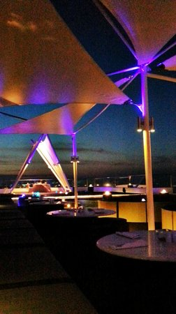 The Jimbaran View: roof top bar in the evening