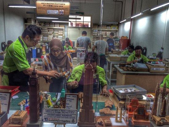 Kuala Lumpur City Gallery: процесс работы мастеров