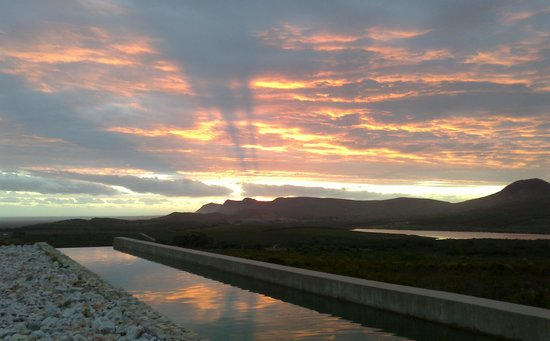 Farm 215 Nature Retreat & Fynbos Reserve: Sunset over Farm 215s swimming pool