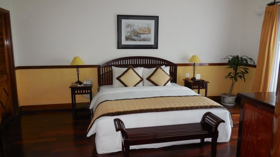 Victoria Can Tho Resort : Large double bed in Suite