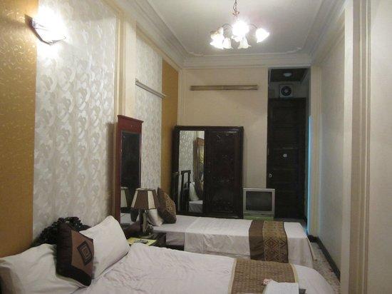 Kangaroo Hotel : Улучшенный номер - зеркальный шкаф)