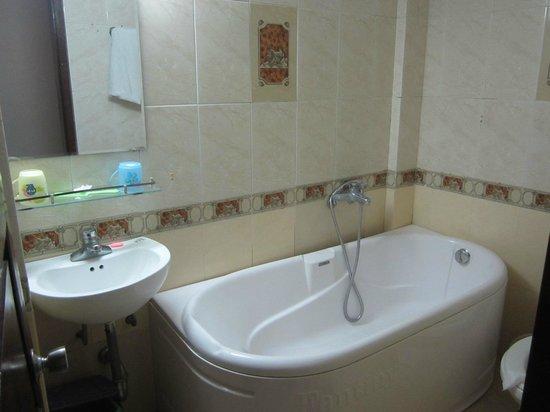 Kangaroo Hotel: Ванна в улучшенном номере