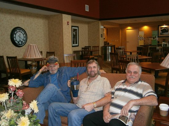 Hampton Inn & Suites Palm Coast: PAT-BROTHER TOM & FRIEND JOHN IN THE DINING AREA WATCHING T.V.