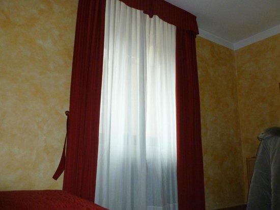 Hotel Roma Prague : Dettaglio della finestra