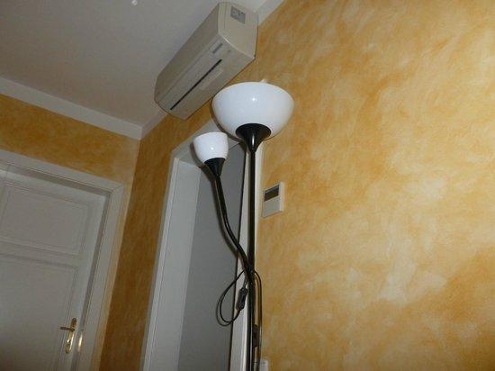 Hotel Roma Prague : Dettaglio della lampada e condizionatore.