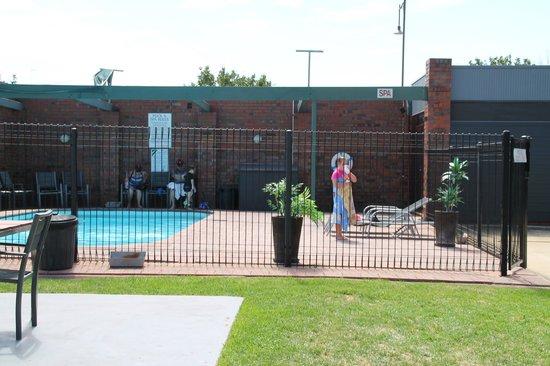 Nirebo Motel: Fantastic clean pool, plenty of seating