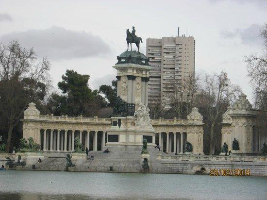 Parque del Retiro: monument by lake