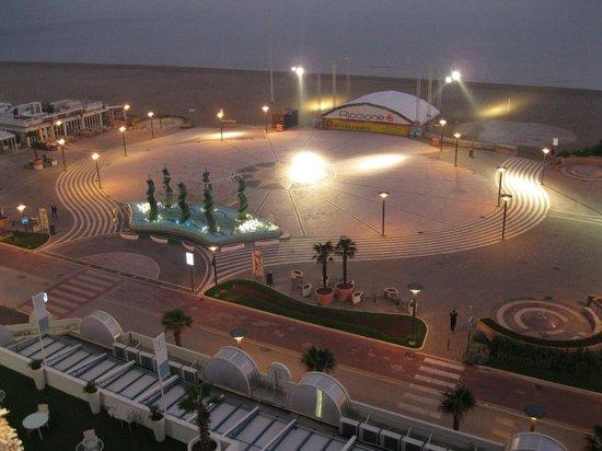 Hotel Mediterraneo: Вид из номера вечером