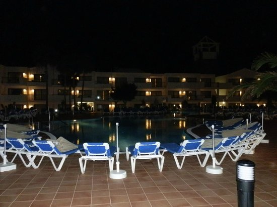 Be Live Experience Lanzarote Beach: Pool area at night